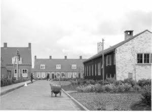 Harmen-Visserplein - Straatje-achter-het-dorpshuis-te-Emmeloord-thans-Muurstraat.jpg
